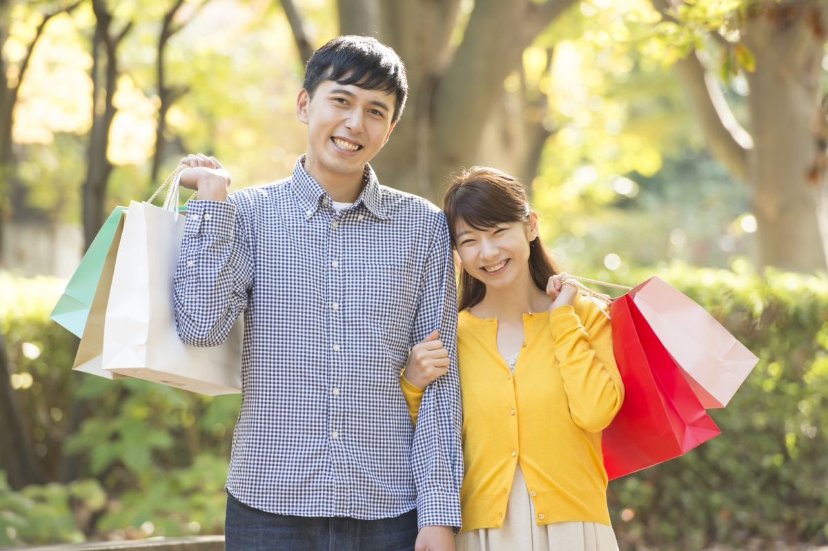 買い物を楽しむ男女