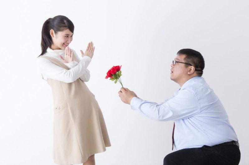 女性にアプローチされるもフラれる男性の写真